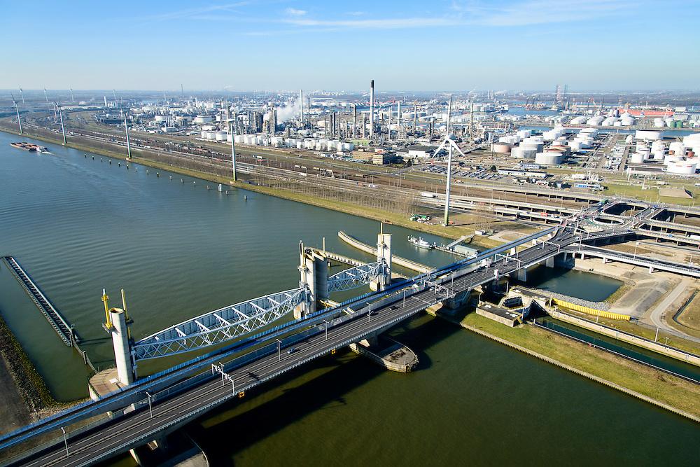 Nederland, Zuid-Holland, Rotterdam, 18-02-2015; Botlek, Hartelkanaal met Hartelkering (stormvloedkering). De kering, onderdeel van de Deltawerken, vormt samen met de Maeslantkering de Europoortkering en beschermt Rotterdam en achterland bij extreme waterstanden.<br /> In de achtergrond  Esso-olieraffinaderij (ExxonMobil).<br /> Storm surge barrier Hartelkering in the Hartel canal. Together with the greater nearby Maeslant barrier (in the New Waterway), the barrier proyect nearby Rotterdam and its hinterland.<br /> luchtfoto (toeslag op standard tarieven);<br /> aerial photo (additional fee required);<br /> copyright foto/photo Siebe Swart