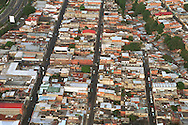 La vista aérea de un sector popular de la ciudad. Se observan las casas  humildes que se han construido en los espacios alternos cercanos entre vías automovilísticas y los cerros. Caracas, 19- 09- 2005 (Ramón Lepage / Orinoquiaphoto)   )   Aerial view the city of Caracas. The city with its Modern arquitecture, Highways and contrast between the rich and poor neighborhoods is surrounded by the Avila National Park and many hills around the valley where the shanty Towns or ´´barrios¨ have grown to become one the largest in Latin America.  (Ramón Lepage / Orinoquiaphoto)..