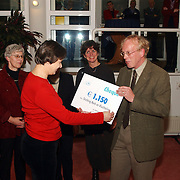 Nieuwjaarsreceptie gemeente Huizen 2002, cheque overhandiging stichting Kerk en Vluchteling