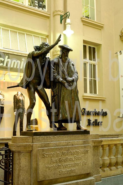 Deutschland, Leipzig,  Mädler Passage, Skulptur am Eingang zu Auerbachs Keller, Szene in Auerbachs Keller|Deutschland, Leipzig, Mädler Passage (historic shopping mall)sculpture at entrance to Auerbachs Keller