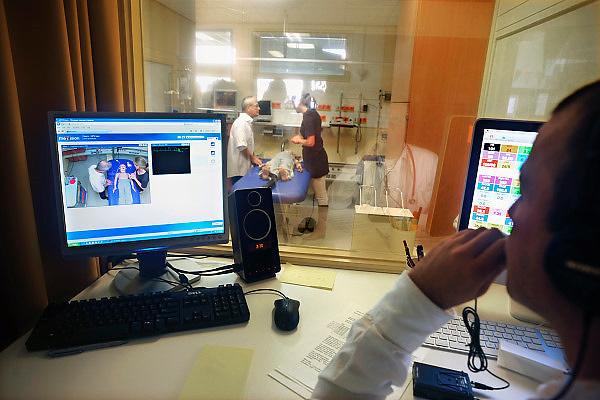 Nederland, Nijmegen, 25-10-2012In het UMC Radboud ziekenhuis is een modern Skills Lab. Hier kunnen medewerkers, studenten, verpleegkundigen zich bekwamen in het oefenen van verschillende klinische situaties. Er is onder andere een computergestuurde simulator, waarbij vanuit een aparte ruimte de toestand van een traumasituatie kan worden gestuurd, zodat de artsen en verpleegkundigen voor onverwachtte problemen komen te staan en die kunnen oefenen. Foto: Flip Franssen