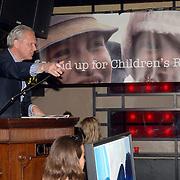 NLD/Amsterdam/20060419 - Kunstveiling Art for Dreams ten bate van Childright, veilingmeester
