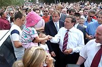 13 AUG 2003, BERLIN/GERMANY:<br /> Gerhard Schroeder, SPD, Bundeskanzler, schuettelt viele Haende, waehrend dem Besuch der Stadt Grimma, ein Jahr nach der Hochwasserkatastrophe<br /> IMAGE: 20030813-03-014<br /> KEYWORDS: Gerhard Schröder, Bad in den Menge, Kind