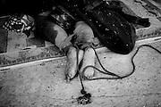TRIPOLI. IL CADAVERE DI UN UOMO CON I PIEDI LEGATI RIMASTO UCCISO NELL'ECCIDIO DI BAB AL AZIZIYA ESEGUITO DALLE FORZE LEALISTE DI GHEDDAFI;