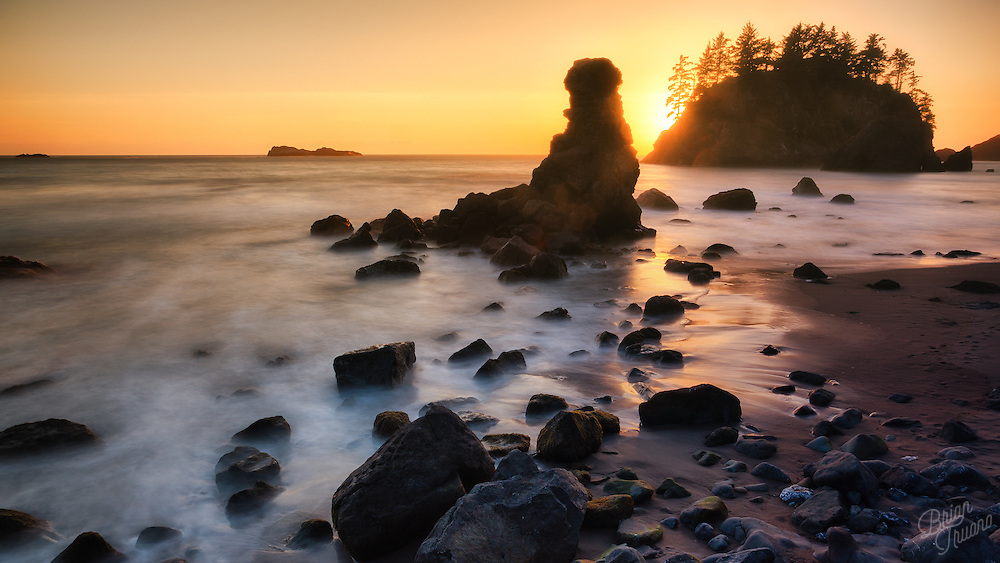 Broken and battered by the powerful Pacific ocean, the nearby cliffs continue to erode into rocky islands, boulders and eventually become ground into the black sand beaches.