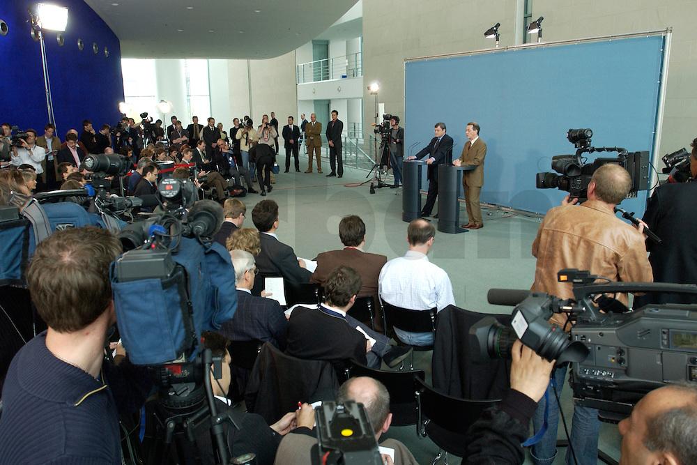 07 MAY 2004, BERLIN/GERMANY:<br /> Reinhard Buetikofer (L), B90/Gruene, Bundesvorsitzender, und Franz Muentefering (R), SPD Parteivorsitzender, waehrend einer Pressekonferenz, zu den Ergebnissen des vorangegangenen Koalitionsgespraechs, Bundeskanzleramt<br /> Reinhard Buetikofer (L), Leader of the Green Party, und Franz Muentefering (R), Leader of the Social Democratic Party, during a press conference<br /> IMAGE: 20040507-01-003<br /> KEYWORDS: Reinhard B&uuml;tikofer, Franz M&uuml;ntefering