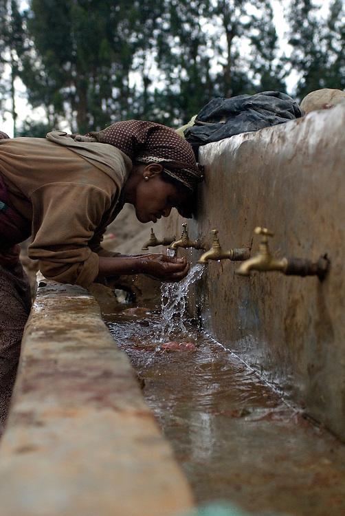 Un demi million d'éthiopiens vivent dans le bidonville de Ketchene à Addis Abeba. Il n'y a pas d'égout. Les points d'eau potable, les douches et les toilettes sont collectifs. Au coeur du bidonville, l'école Ethiopia Hadessa a ouvert en 2009 et accueille 1200 élèves. On y trouve des douches, des toilettes et de l'eau potable. Les établissements scolaires sont prioritaires pour la construction d'infrastructures nécessaires pour sensibiliser la population à l'hygiène et à la santé dès le plus jeune ?âge. Éthiopie août 2011.