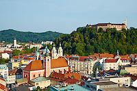 Slovénie, Ljubljana, capitale de la Slovénie, panorama sur la ville, l'église franciscaine de l'Annonciation, la cathédrale Saint Nicolas et le château en arrière-plan<br />  // Slovenia, Ljubljana, cityscape with Franciscan church, Saint Nicholas church and the Castle