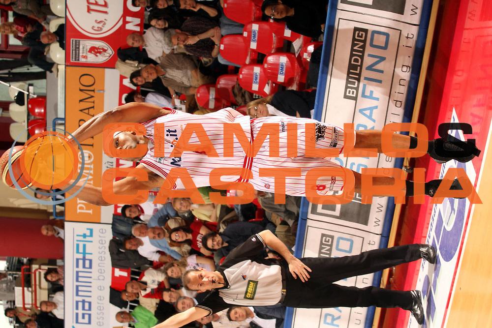DESCRIZIONE : Teramo Lega A1 2005-06 Navigo.it Teramo Angelico Biella<br />GIOCATORE : Holland<br />SQUADRA : Navigo.it Teramo<br />EVENTO : Campionato Lega A1 2005-2006 <br />GARA : Navigo.it Teramo Angelico Biella<br />DATA : 23/04/2006 <br />CATEGORIA : Tiro<br />SPORT : Pallacanestro <br />AUTORE : Agenzia Ciamillo-Castoria/G.Ciamillo
