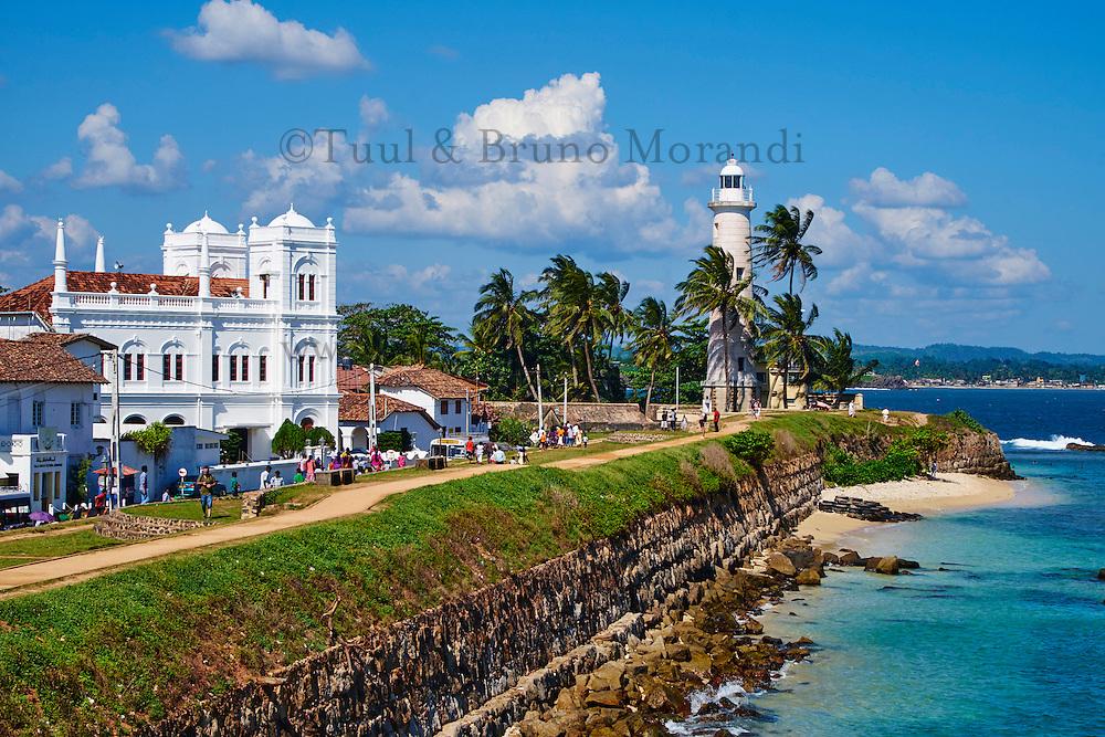 Sri Lanka, province du sud, district de Galle, Galle, Vieille ville classée patrimoine mondial de l'UNESCO, le phare et la mosquee Meeran Jumma depuis les rempart du fort // Sri Lanka, Southern Province, South Coast beach, Galle, old town, Dutch fort, UNESCO World Heritage site, Lighthouse and Meeran Jumma Mosque