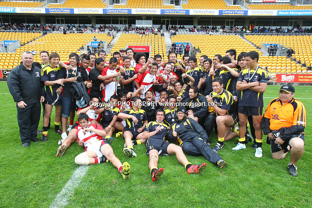 Counties Manuaku and Wellington Orcas pose for a group photo at the conclusion of the game. NZRL National League match, 15 Years Final, Counties Manukau v Wellington Orcas at Mt Smart Stadium, Auckland, New Zealand. Sunday 17th October 2010. Photo: Anthony Au-Yeung / photosport.co.nz