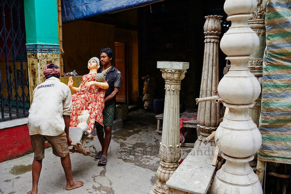 Inde, Bengale-Occidental, Kolkata, Kumartuli district, sculptures en glaise des effigies Hindou pour la fete de Durga Puja // India, West Bengal, Kolkata, Calcutta, Kumartuli district, clay idols of Hindu gods and goddesses statue for Durga Puja festival