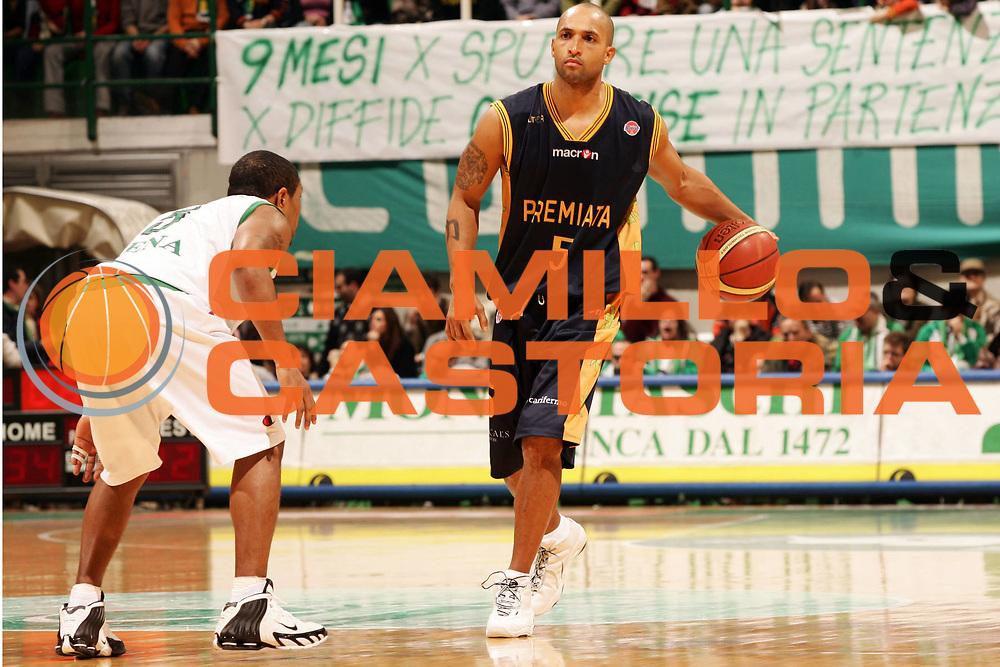 DESCRIZIONE : Siena Lega A1 2006-07 Montepaschi Siena Premiata Montegranaro <br /> GIOCATORE : Childress <br /> SQUADRA : Premiata Montegranaro <br /> EVENTO : Campionato Lega A1 2006-2007 <br /> GARA : Montepaschi Siena Premiata Montegranaro <br /> DATA : 14/01/2007 <br /> CATEGORIA : Palleggio <br /> SPORT : Pallacanestro <br /> AUTORE : Agenzia Ciamillo-Castoria/P.Lazzeroni