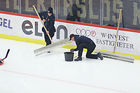 2019-11-16 | Örebro, Sweden:  Gold on the ice before the game between Örebro HK and Malmö Redhawks at Behrn Arena ( Photo by: Hasse Persson | Swe Press Photo )<br /> <br /> Keywords: Behrn Arena, Örebro, Ice hockey, SHL, Örebro HK, Malmö Redhawks, hpöm191116
