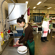 Nederland Rotterdam  29 januari 2009 20090129 Foto: David Rozing.Leerlingen VMB Noordrand college, studie richting zorg en welzijn doen afwas..Dutch vmbo students washing dishes..Foto: David Rozing