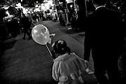 Hong Kong | HongKong | 02.12.2012 :  <br /> <br /> hier: M&auml;dchen mit Luftballon auf einem Nachtmarkt<br />   <br /> Sascha Rheker<br /> 20121202<br /> <br /> <br /> <br /> [Inhaltsveraendernde Manipulation des Fotos nur nach ausdruecklicher Genehmigung des Fotografen. Vereinbarungen ueber Abtretung von Persoenlichkeitsrechten/Model Release der abgebildeten Person/Personen liegt/liegen nicht vor.] [No Model Release | No Property Release]