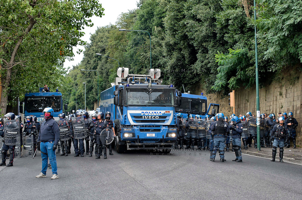 Napoli 2 Ottobre 2014<br /> Manifestazione della Rete dei Movimenti campani contro  il vertice della Bce nei pressi della Reggia di Capodimonte, sede della riunione. ILa polizia in assetto antisommossa blocca le strade vicino alle sede dove si tiene il vertice della BCE.<br /> Naples October 2, 2014 <br /> Manifestation of the Network of Movements of Campania against the summit of the ECB in the vicinity of the Palace of Capodimonte, the venue of the meeting . The riot police blocking the roads close to the site where you hold the summit of the ECB.