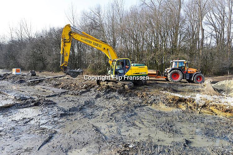 Nederland, Nijmegen, 27-1-2017Vijvers in de nijmeegse wijken Lindenholt en Dukenburg dreigen overwoekerd te raken door een exotische aquariumplant. Een vijver is leeggehaald en de bodem wordt afgedekt met watterdoorlatend plastic. De vijver blijft een jaar lang leeg en de bodem overdekt met plastic, afgedekt met zand. Hiermee hoopt de gemeente de woekerende waterplant definitief weg te krijgen. Het gaat om de Watercrassula, een exoot uit Australie. Salamanders en kikkers worden gevangen en overgeplaatst naar andere vijvers. Deze invasieve waterplanten zijn verplicht opgeruimd te worden.Foto: Flip Franssen