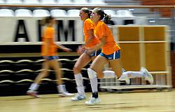 10-05-2011 VOLLEYBAL: TRAINING ORANJE VOLLEYBALVROUWEN: ALMERE<br /> De volleybalsters bereiden zich in Almere voor op nieuwe seizoen / (L-R) Quinta Steenbergen, Femke Stoltenborg<br /> ©2011-FotoHoogendoorn.nl