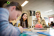 Koningin Maxima geeft startsein Week van het geld op de basisschool OBS West in Capelle aan de IJssel. <br /> <br /> Queen Maxima launches Money Week at the primary public school  in Capelle aan den IJssel.<br /> <br /> Op de foto / On the photo:  Koningin Maxima en staatssecretaris Sander Dekker van Onderwijs, Cultuur en Wetenschap in gesprek met leerlingen  //// Queen Maxima Dekker and State Secretary of Education, Culture and Science in conversation with students