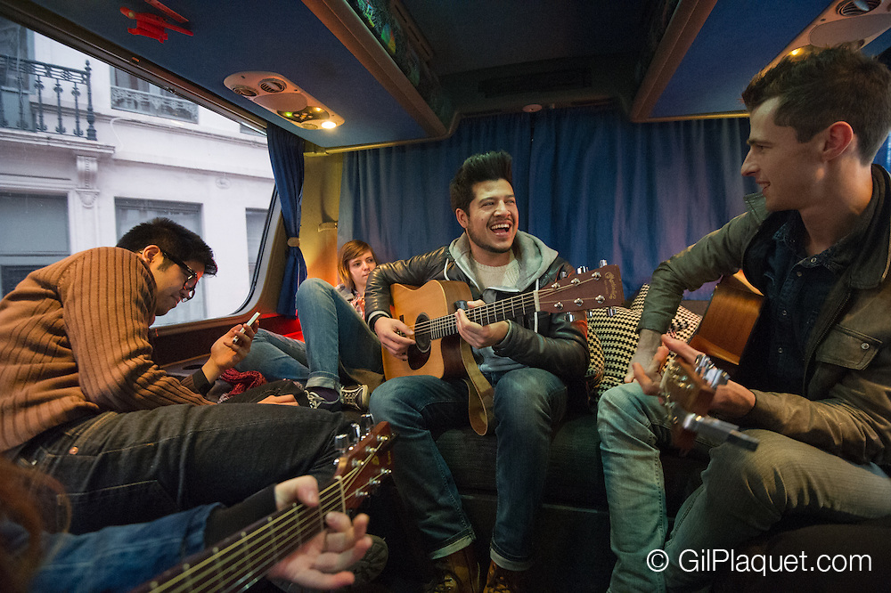"""12/2014 Contestants of the """"Flanders' Best Singer-Songwriter"""" hit the road to collect money for a good cause."""