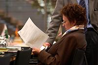 06 NOV 2003, BERLIN/GERMANY:<br /> Brigitte Zypries, SPD, Bundesjustizministerin, liest in Unterlagen, vor Wiederaufnahme einer Sitzung mit den Justizministern der Laender, Landesvertretung Schleswig-Holstein<br /> IMAGE: 20031106-02-011<br /> KEYWORDS: Akte, Akten, lesen