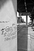 pilastro che regge la tettoia sulla banchina di una delle stazioni  delle linee ferroviarie SUD EST che collegano i paesi del Salento. Reportage che racconta le situazioni che si incontrano durante il viaggio lungo le linee ferroviarie SUD EST nel Salento.