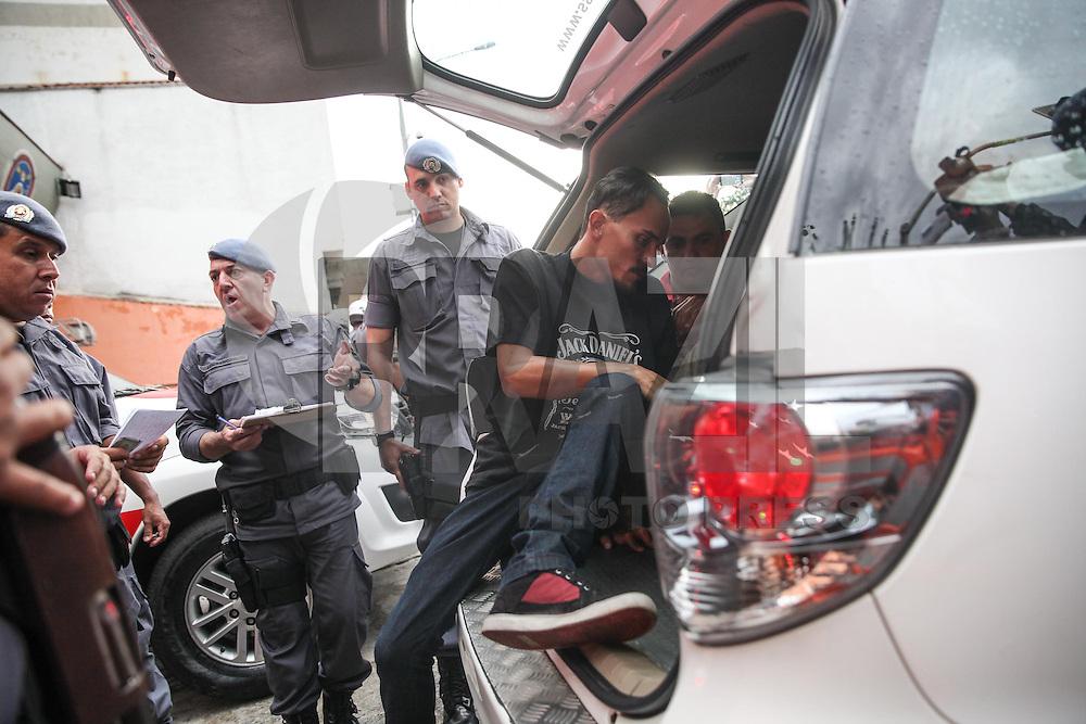 SAO PAULO, SP, 15.03.2015 - PROTESTO CONTRA GOVERNO - SAO PAULO  - Policia prende grupo de Skinheads durante protesto conta o governo realizado na aveninda Paulista neste domingo,15. O grupo foi detido por suspeita de portarem artefatos explosivos.  (Douglas Pingituro / Brazil Photo Press)