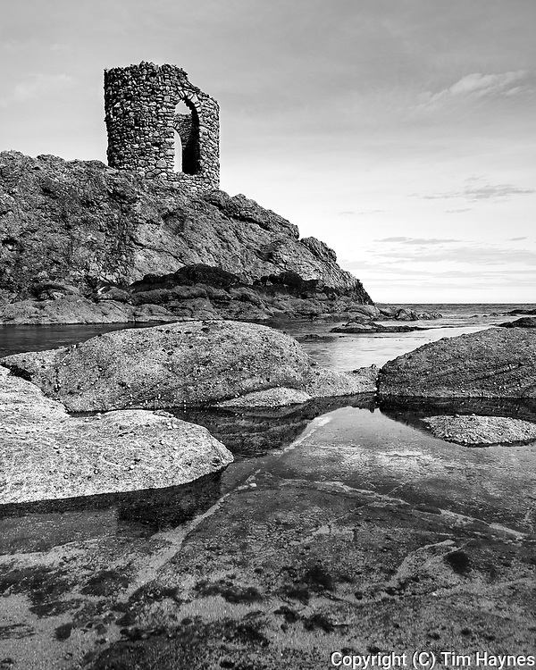 It's been a few years since I went exploring around Fife, but it was good to see Elie again.<br /> I thougt there might be a nice composition to be had with hte water in the foreground and the rockery... but I waited too long and the tide came in an inch, exposing my boots' waterproofing deficiencies...