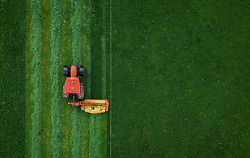 THEMENBILD - ein Landwirt mit seinem Traktor beim mähen einer Weide, aufgenommen am 16. Mai 2019 in Piesendorf, Oesterreich // a farmer mowing a pasture with his tractor in Piesendorf, Austria on 2019/05/16. EXPA Pictures © 2019, PhotoCredit: EXPA/ JFK