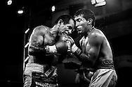Luis Lazarte con 44 a&ntilde;os de edad (izquierda) aplica un golpe de cabeza, no permitido por las reglas del box, a su oponente El&iacute;as &quot;El Puma&quot; Coronel de 24 a&ntilde;os de edad. En esta pelea, Lazarte gana por puntos y queda clasificado para disputar el t&iacute;tulo de Campe&oacute;n Argentino de la categor&iacute;a Mosca en su pr&oacute;xima competencia a realizarse en el a&ntilde;o 2015. <br /> Lazarte est&aacute; considerado en el mundo como un boxeador callejero que tuvo la necesidad econ&oacute;mica de subirse a un ring de boxeo profesional,  pero que nunca abandon&oacute; las estrategias &quot;sucias&quot; e &quot;impulsivas&quot; para vencer al rival, llev&aacute;ndolo a ser un boxeador impredecible arriba del ring.<br /> Cabe destacar que la mayor&iacute;a de sus oponentes,  son 20 a&ntilde;os menores que &eacute;l.