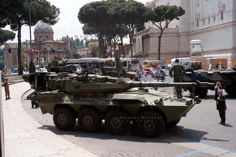 Roma 4  Maggio 2011. Mezzi militariin piazza Venezia per i 150° dell'anniversario della costituzione dell'Esercito Italiano..Blindato Centauro con cannone 105/52mm