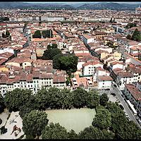 San Frediano e il centro storico di Firenze....Fotografie aeree a bassa quota di diverse parti della città realizzate da un pallone aerostatico che ha sorvolato sul cielo di Firenze con appesa una macchina fotografica.