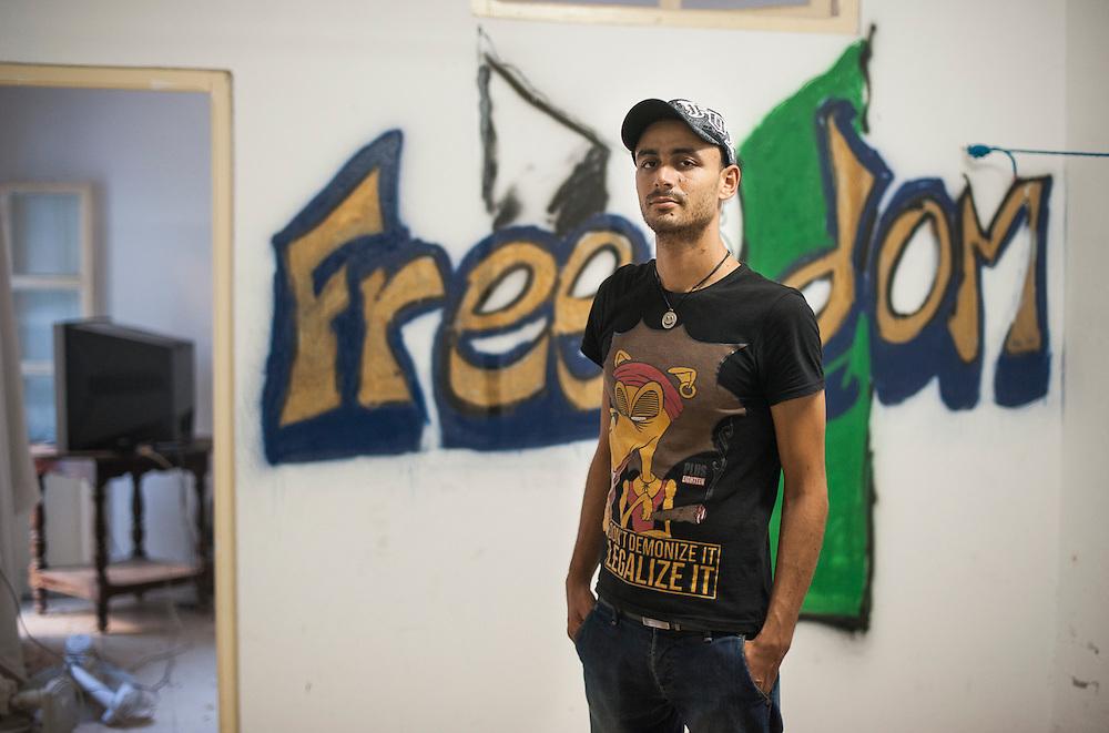 """Les desenchantés de la révoltution. Tunis, Tunisie, octobre 2012. Jihed MABROUK. 25 ans. Le 26 févier 2011 il a pris une balle dans la nuque, il n'a plus de clavicule et prends de la morphine. """"Nous sommes encore dans la révolution"""". Il a dépensé 22.000 dinar pour se soigner."""