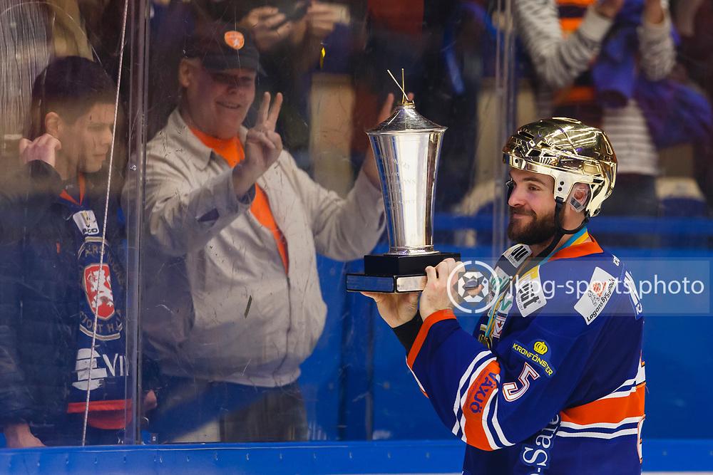 150423 Ishockey, SM-Final, V&auml;xj&ouml; - Skellefte&aring;<br /> Noah Welch, V&auml;xj&ouml; Lakers Hockey visar pokalen &quot;Le Mat&quot; f&ouml;r publiken/supportrarna.<br /> &copy; Daniel Malmberg/Jkpg sports photo