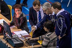 15-02-2017 NED: Draisma Dynamo - Ziraat Bankasi Ankara, Apeldoorn <br /> CEV Volleyball Challenge Cup 2017 / Herrie bij de jurytafel, scheidsrechters bekijken de scores