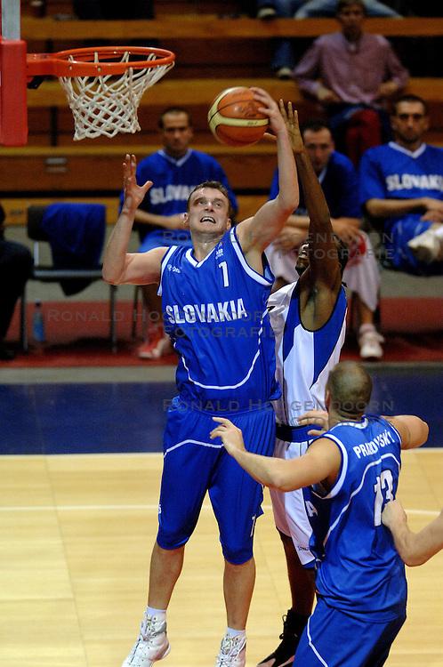 06-09-2006 BASKETBAL: NEDERLAND - SLOWAKIJE: GRONINGEN<br /> De basketballers hebben ook de tweede wedstrijd in de kwalificatiereeks voor het Europees kampioenschap in winst omgezet. In Groningen werd een overwinning geboekt op Slowakije: 71-63 / Stefan Svitek en Terrance Herbert<br /> &copy;2006-WWW.FOTOHOOGENDOORN.NL