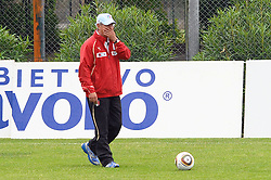 04.05.2010, Trainingszentrum, Rom, ITA, Nationalmannschaft Italien, Training im Bild Italiens Nationaltrainer marcello lippi.. gabelt und spielt mit einem WM Ball, EXPA Pictures © 2010, PhotoCredit: EXPA/ InsideFoto/ Massimo Oliva / SPORTIDA PHOTO AGENCY