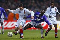 FOOTBALL - FRENCH CHAMPIONSHIP 2003/04 - 31/01/2004 - TOULOUSE FC v OLYMPIQUE LYONNAIS - ANTHONY REVEILLERE (LYON) / ACHILLE EMANA (TOU) - PHOTO LAURENT BAHEUX / FLASH PRESS<br />  *** Local Caption *** 40001019