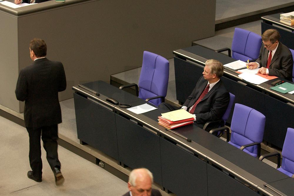 17 OCT 2003, BERLIN/GERMANY:<br /> Gerhard Schroeder (L), SPD, Bundeskanzler, geht an Roland Koch (R), CDU, Ministerpraesident Hessen, vorbei, waehrend einer Bundestagdebatte, Plenum, Deutscher Bundestag<br /> IMAGE: 20031017-01-063<br /> KEYWORDS: Gerhard Schröder