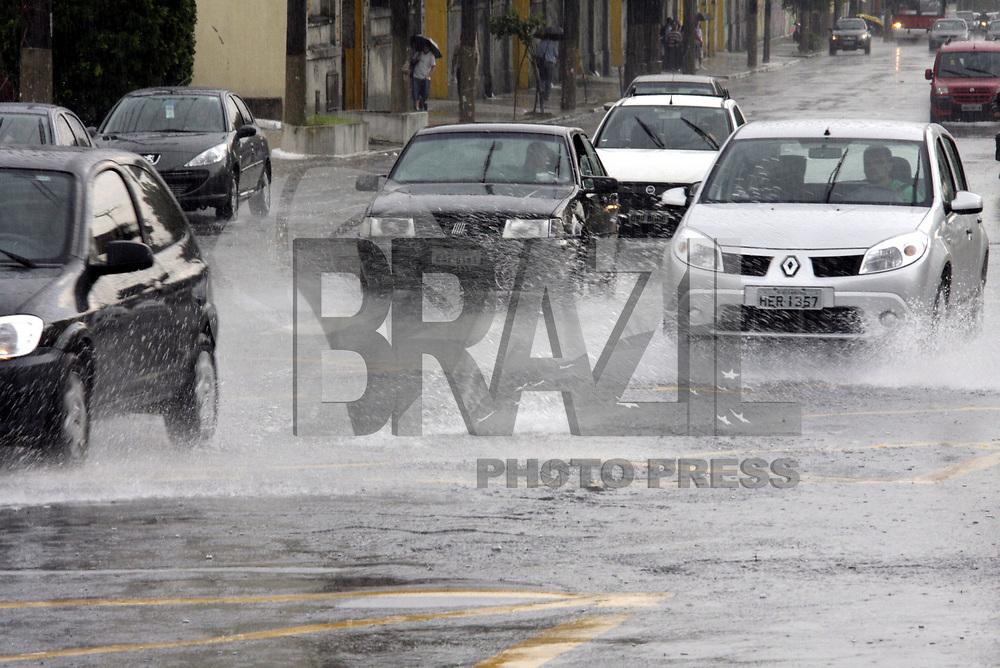 SÃO PAULO,SP,  17 FEVEREIRO 2011 - CHUVA EM SÃO PAULO -Motoristas passam por ponto de alagamento na rua Taquari esquina com a Av.Pães de Barros na Mooca zona leste  de São Paulo, nesta quinta-feira. (FOTO: ALE VIANNA/NEWS FREE).