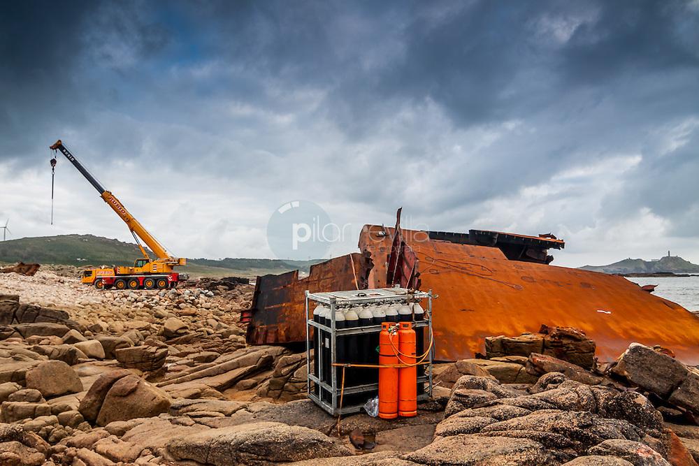 Labores de retirada de restos en naufragio frente a Cabo Vilan. A Coruña. España ©Country Sessions / PILAR REVILLA