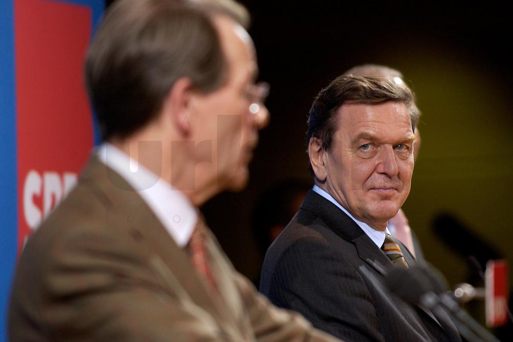 07 FEB 2004, BERLIN/GERMANY:<br /> Franz Muentefering (L), SPD Fraktionsvorsitzender, und Gerhard Schroeder (R), SPD, Bundeskanzler, waehrend einer Pressekonferenz zu den Ergebnissen der Sondesitzung des SPD Praesidiums und Parteivorstandes nach der Bekanntgabe des Ruecktritts des Parteivorsitzenden, Willy-Brandt-Haus<br /> IMAGE: 20040207-01-038<br /> KEYWORDS: R&uuml;cktritt, Gerhard Schr&ouml;der, Franz M&uuml;ntefering