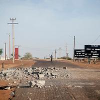 29/01/2013. Gao, Mali. Un militaire malien patrouille sur la route de l'aeroport de Gao, zone de bombardée par l'armée française lors de la libération de Gao. ©Sylvain Cherkaoui