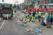 Nederland, Nijmegen, 20-7-2007Vierdaagse, Als de laatste lopers gepasseerd zijn begint de DAR, dienst afval en reiniging van de gemeente met het schoonmaken,schoonvegen van de sint annastraat. Groepen studenten zijn dan nog aan het feesten, maar moeten van de weg af. Dit opruimen geeft nogal eens incidenten met feestvierders die niet weg willen gaan.Foto: Flip Franssen/Hollandse Hoogte
