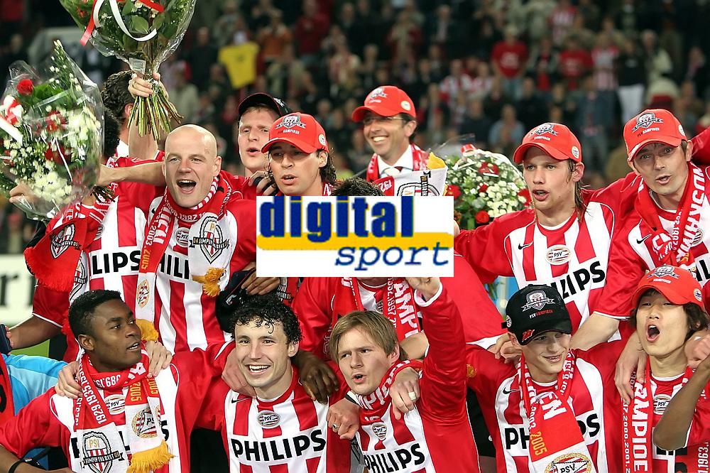 Fotball<br /> Nederland 2004/05<br /> PSV Eindhoven v Vitesse<br /> 23. april 2005<br /> Foto: Digitalsport<br /> NORWAY ONLY'<br /> PSV feirer seriegullet