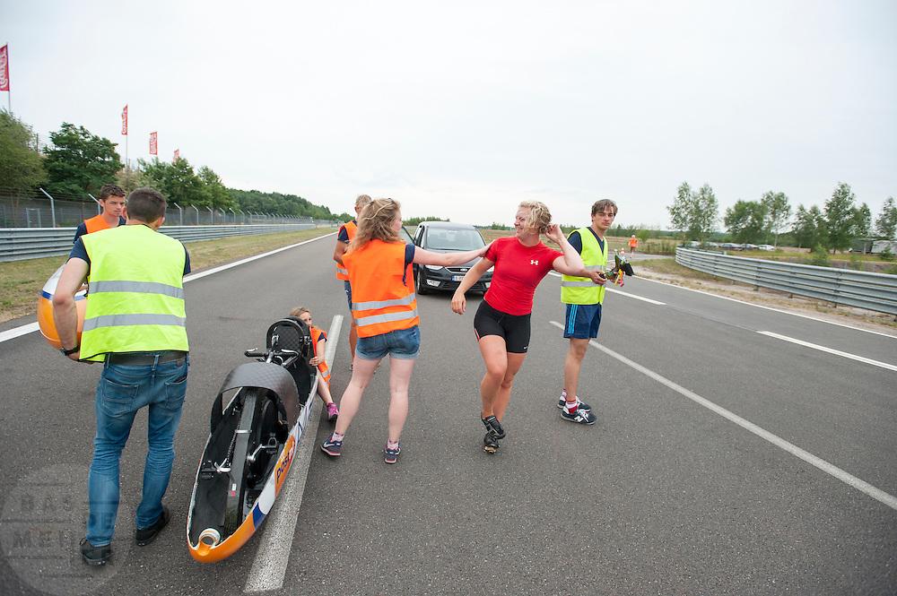 Lieske Yntema wordt gecomplimenteerd na haar recordpoging. Het Human Power Team Delft en Amsterdam (HPT), dat bestaat uit studenten van de TU Delft en de VU Amsterdam, is in Senftenberg voor een poging het laagland sprintrecord te verbreken op de Dekrabaan. In september wil het HPT daarna een poging doen het wereldrecord snelfietsen te verbreken, dat nu op 133 km/h staat tijdens de World Human Powered Speed Challenge.<br /> <br /> Lieske Yntema gets compliments after her record attempt. With the special recumbent bike the Human Power Team Delft and Amsterdam, consisting of students of the TU Delft and the VU Amsterdam, is in Senftenberg (Germany) for the attempt to set a new lowland sprint record on a bicycle. They also wants to set a new world record cycling in September at the World Human Powered Speed Challenge. The current speed record is 133 km/h.