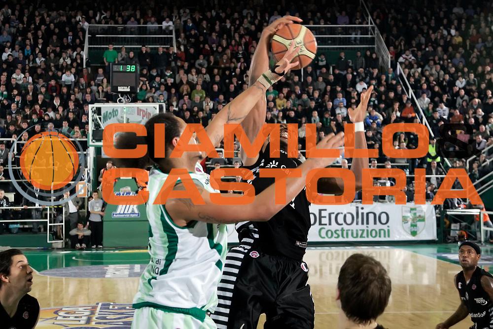 DESCRIZIONE : Avellino Final 8 Coppa Italia 2010 Semifinale Canadian Solar Virtus Bologna Air Avellino<br /> GIOCATORE : Chevon Troutman KeRoy Hurd<br /> SQUADRA : Air Avellino Canadian Solar Virtus Bologna<br /> EVENTO : Final 8 Coppa Italia 2010 <br /> GARA : Canadian Solar Virtus Bologna Air Avellino<br /> DATA : 20/02/2010<br /> CATEGORIA : rimbalzo<br /> SPORT : Pallacanestro <br /> AUTORE : Agenzia Ciamillo-Castoria/A.De Lise<br /> Galleria : Lega Basket A 2009-2010 <br /> Fotonotizia : Avellino Final 8 Coppa Italia 2010 Semifinale Canadian Solar Virtus Bologna Air Avellino<br /> Predefinita :
