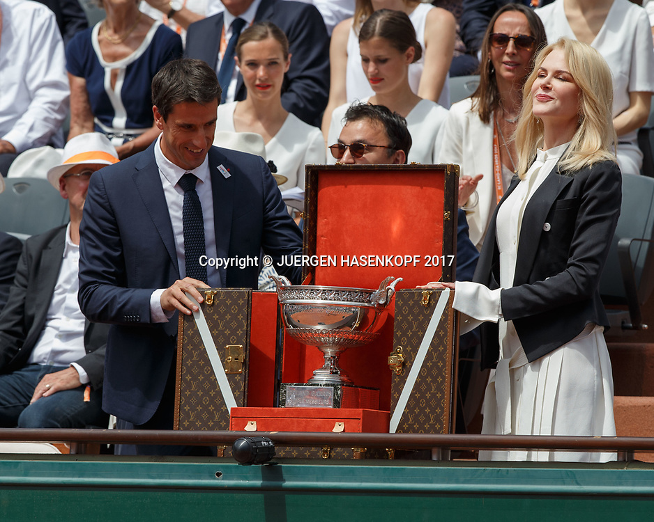 Tony Estanguet und Nicole Kidman praesentieren den Pokal vor Spielbeginn<br />