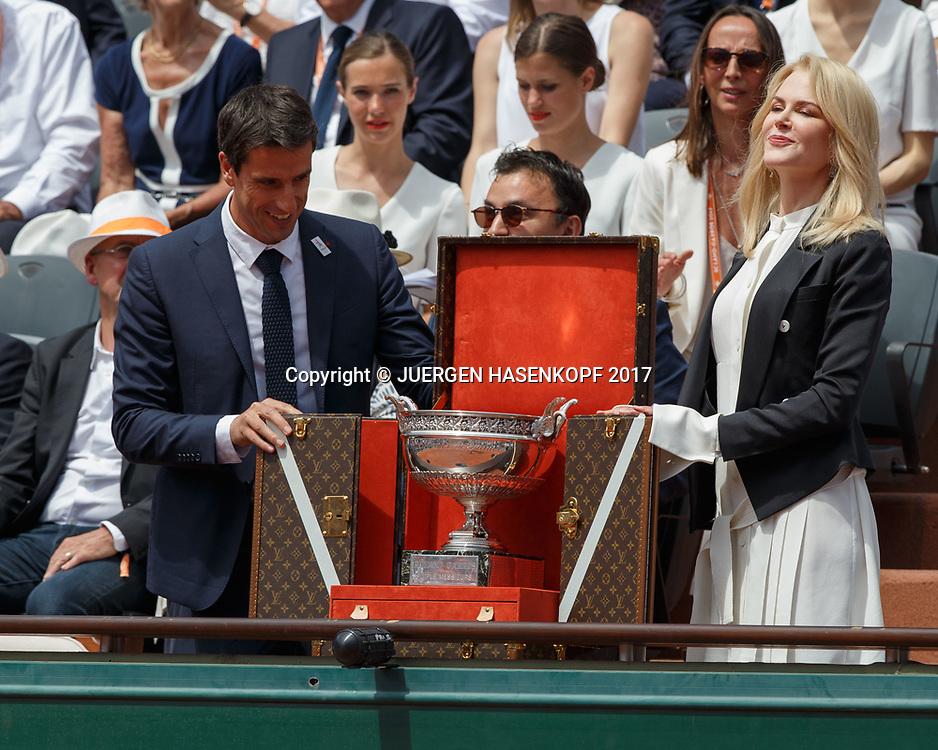 Tony Estanguet und Nicole Kidman praesentieren den Pokal vor Spielbeginn<br /> <br /> Tennis - French Open 2017 - Grand Slam / ATP / WTA / ITF -  Roland Garros - Paris -  - France  - 11 June 2017.